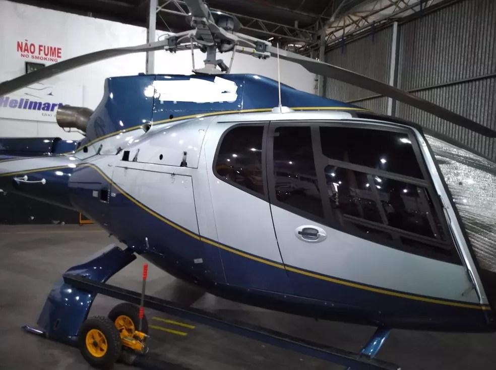 Helicóptero apreendido em operação da PF contra o tráfico de drogas; matrícula da aeronave foi apagada em foto pela PF — Foto: Divulgação/PF