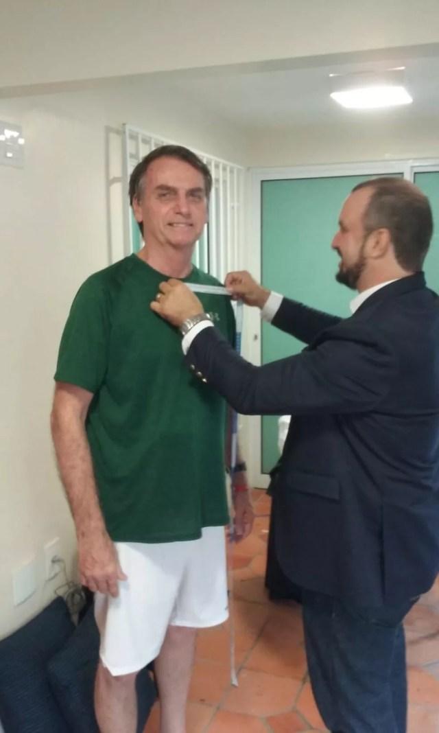 Bolsonaro tira medidas para terno da posse — Foto: Reprodução