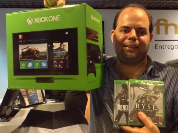 O designer Paulo Roberto de Andrade, de 34 anos, foi o primeiro da fila para comprar o novo videogame Xbox One, no evento de lançamento, em São Paulo (Foto: Bruno Araujo/G1)