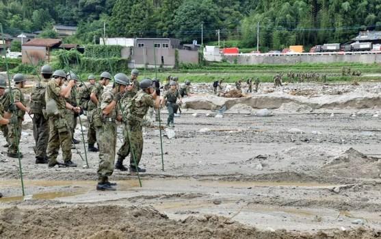Soldados buscam pessoas desaparecidas após inundações em Asakura, prefeitura de Fukuoka (Foto: 4ª DIVISÃO DA FORÇA DE AUTO-DEFESA DE TERRA DE JAPÃO / AFP Photo)