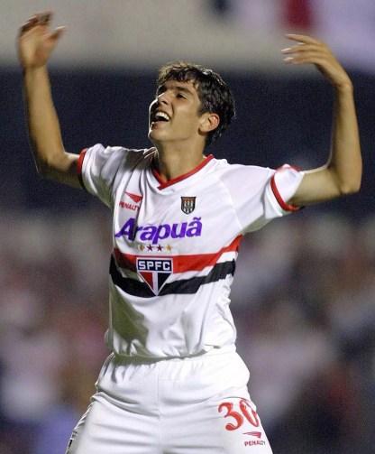 Kaká comemora título pelo São Paulo em 2001 (Foto: AFP)