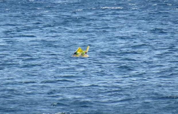 Brinquedo inflável no qual estava a criança se afastou 1 km da praia (Foto: Hanife Erdinc/Anadolu Agency/AFP)