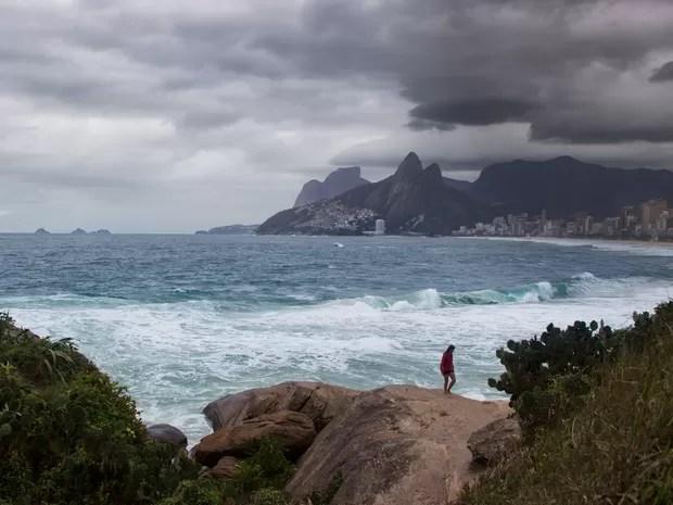 Vista da Praia de Ipanema, na zona sul do Rio de Janeiro. O tempo amanheceu chuvoso e frio com ventos fortes na cidade. A temperatura na cidade atingiu 13,4°C, a menor este ano (Foto: Paulo Campos/Estadão Conteúdo)