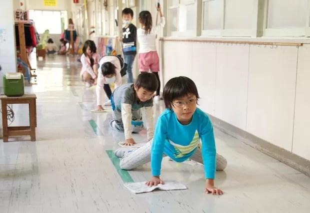 Alunos ajudam em limpeza de escola no Japão (Foto: Marcelo Hide/BBC)
