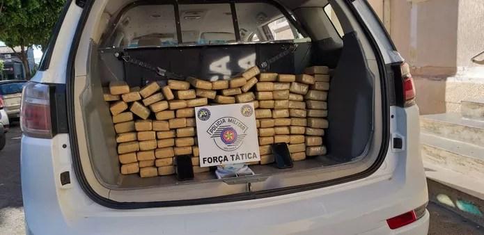 Mais de 100 tabletes de maconha foram apreendidos — Foto: Heloise Hamada/TV Fronteira