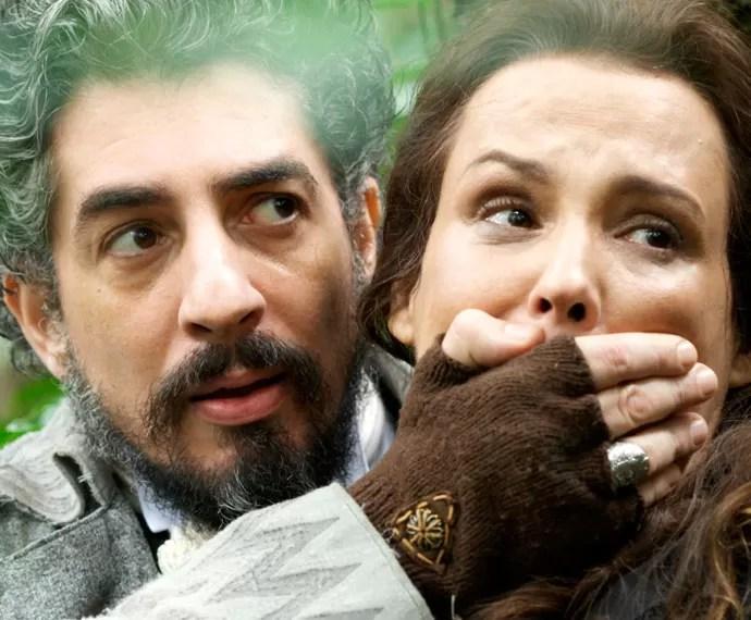 Ariel contém Emília, para que Bento não a veja (Foto: TV Globo)
