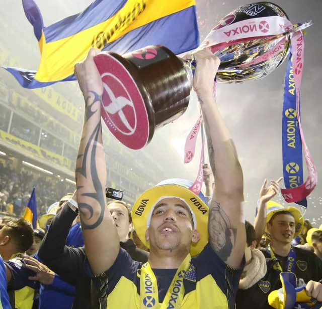 Centurión ergue a taça de campeão argentino (Foto: Divulgação/Boca Juniors)