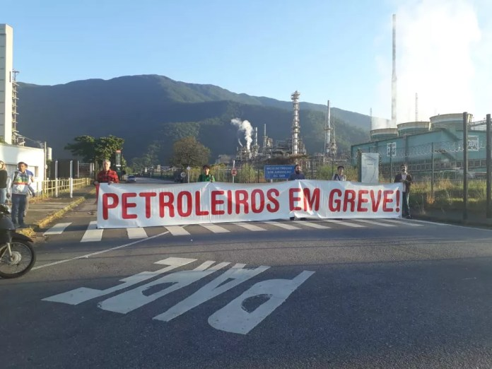 Petroleiros iniciam greve em frente à refinaria em Cubatão, SP. (Foto: Nina Barbosa/G1)