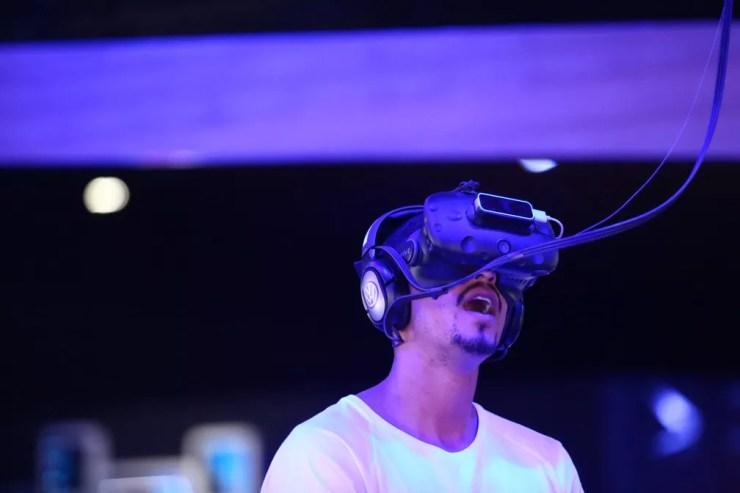 Visitante experimenta realidade virtual no estande da Volkswagen no Salão de SP — Foto: Marcelo Brandt/G1