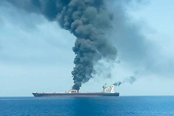 Navio petroleiro que supostamente foi atacado nesta quinta-feira (13), no golfo de Omã. — Foto: Isna/Handout via Reuters