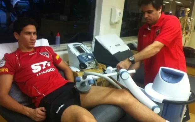 Ganso se recupera no Reffis com o fisioterapeuta Betinho (Foto: Site oficial do São Paulo FC)