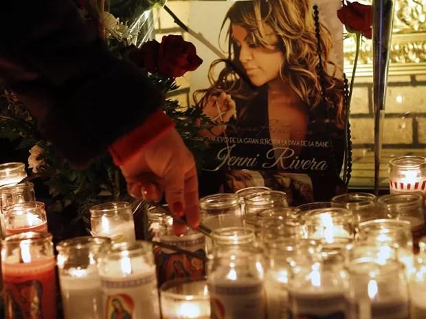 Mulher homenageia Jenni Rivera em shopping center em Lynwood, na Califórnia, nesta segunda-feira (10) (Foto: AP/Patrick T. Fallon)