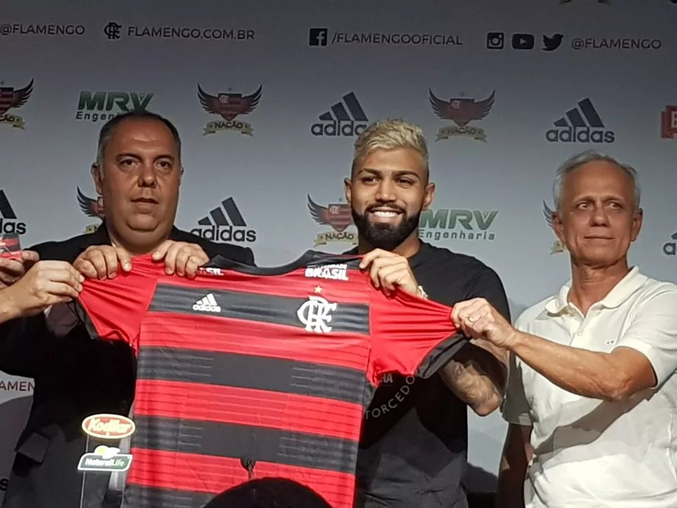 Gabigol foi apresentado pelo diretor Bruno Spindel, pelo vice de futebol Marcos Braz (esq,) e pelo novo CEO, Reinaldo Belotti (dir.) — Foto: Fred Huber