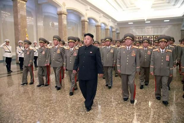 O ditador norte-coreano, Kim Jong Un, visita o palácio onde está o corpo embalsamado de Kim Il-sung, seu avô e fundador do país, nesta terça-feira (8) (Foto: KCNA/Reuters)