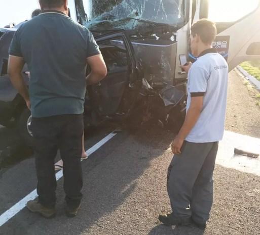 Caminhão e carro bateram de frente na BR-304, em Lajes — Foto: Redes sociais