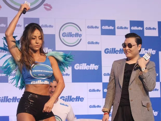 O cantor sul-coreano Psy durante encontro com a imprensa, em Salvador, dança com Sabrina Sato. (Foto: Leogump Carvalho/Frame/Folhapress)