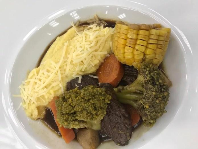 O cozido com polenta também pode ser acompanhado pelos caldos de legumes e carne — Foto: Dani Meira/TV Globo
