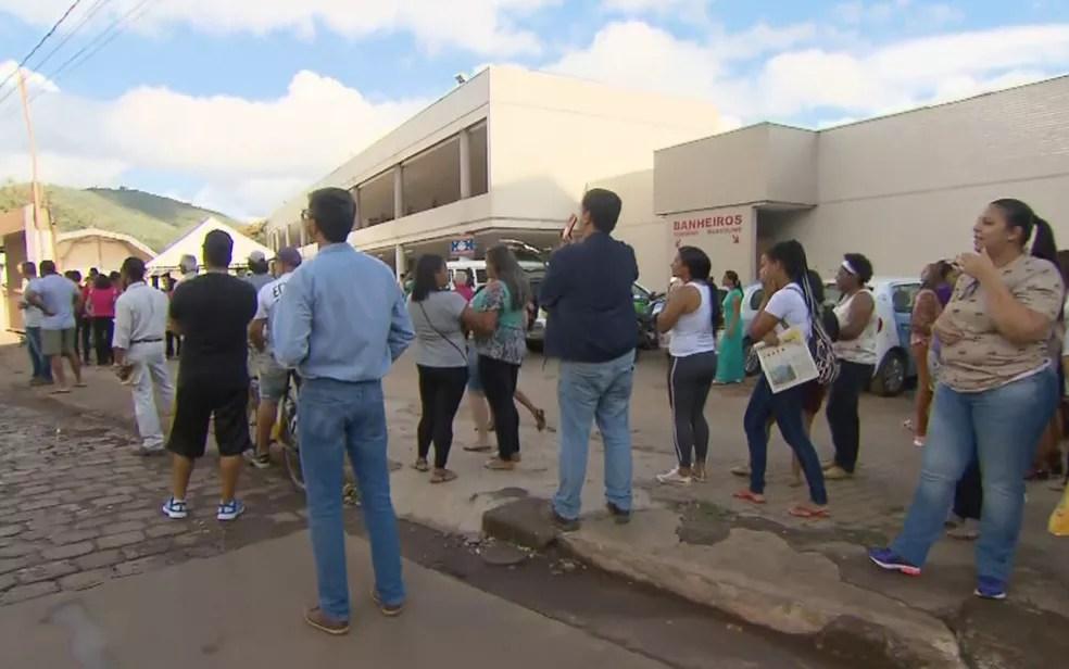 Moradores de Barão de Cocais se reúnem em ponto de encontro durante treinamento simulado de fuga em caso de rompimento de barragem — Foto: Reprodução/TV Globo