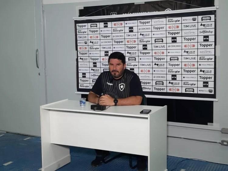 Eduardo Barroca conversa com a imprensa após derrota do Botafogo — Foto: Emanuelle Ribeiro