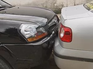 Um dos carros foi arrastador por mais de um metro. (Foto: Reprodução/Inter Tv dos Vales)