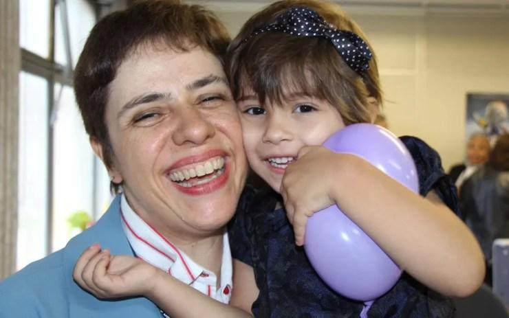 A professora Eneá de Stutz, que escolheu ser mãe pela primeira vez aos 46 anos, abraçada à filha, Ninian. (Foto: Arquivo Pessoal)