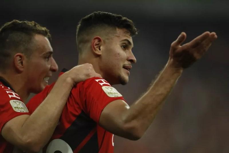 Gol sai após insistência de Marco Ruben e estrela de Bruno Guimarães — Foto: Albari Rosa/Gazeta do Povo