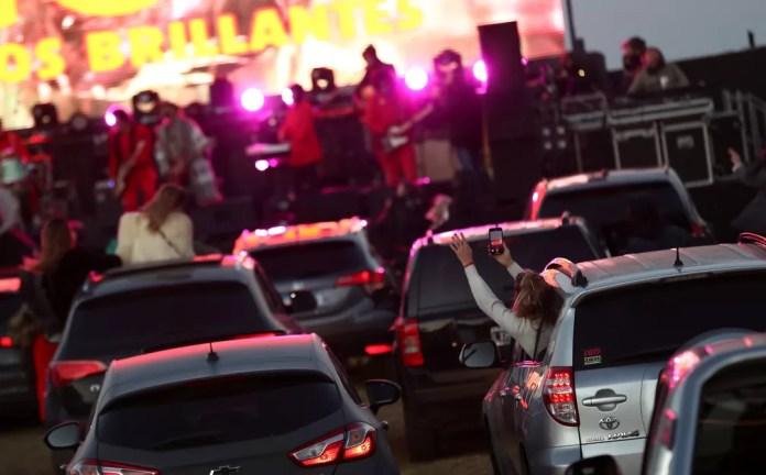 Coty e Los Brillantes fazem show drive-in em Buenos Aires, na Argentina, em primeira apresentação presencial do país desde o início da quarentena  — Foto: REUTERS/Agustin Marcarian