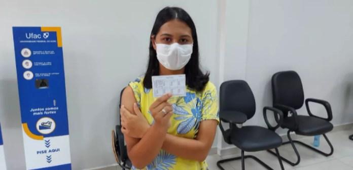 Leticia Caroliny, de 18 anos, tomou a primeira dose da vacina — Foto: Murilo Lima/Rede Amazônica Acre