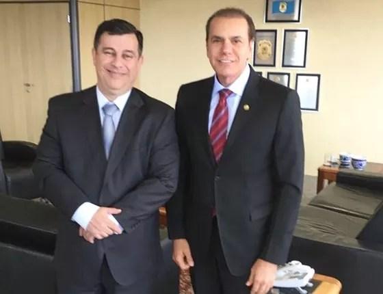 O senador Atáides Oliveira (dir.),presidente da CPMI,com o diretor da Polícia Federal,Leandro Daiello. (Foto: Reprodução)
