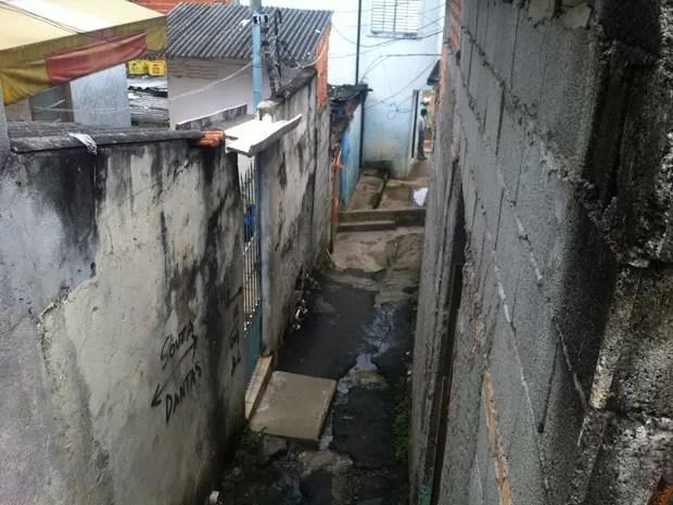 Beco onde fica a casa do pintor suspeito pelas mortes (Foto: Will Soares/G1)