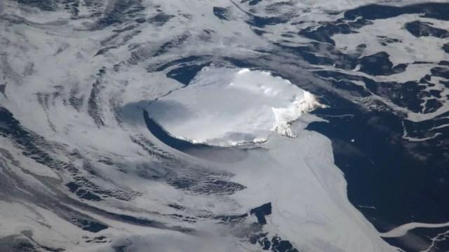 A visibilidade para o acesso à ilha pode ficar prejudicada pelo acúmulo inesperado de nuvens — Foto: Nasa/BBC