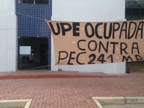 Alunos estão acampando no prédio da UPE, no Recife (Foto: Marlon Costa/Pernambuco Press)
