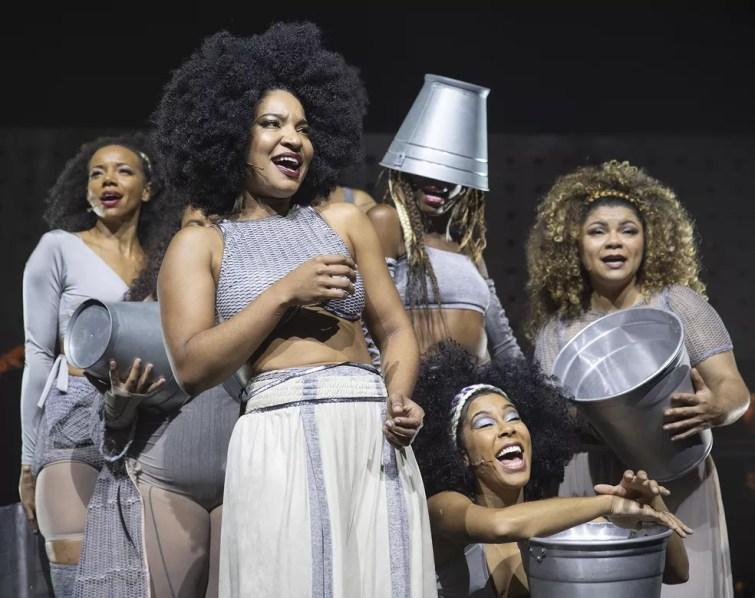 O balde é elemento cenográfico relevante no musical 'Elza' (Foto: Divulgação / Leo Aversa)