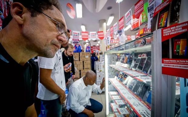 Consumidores avaliam preços de produtos ofertados na Black Friday em uma loja de São Paulo — Foto: Dario Oliveira/Código19/Estadão Conteúdo