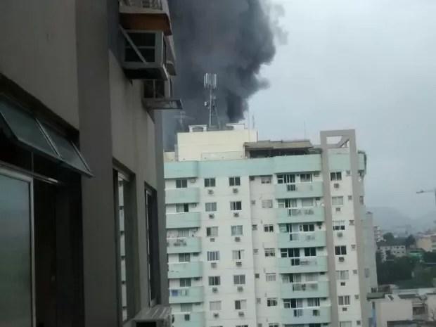 Incêndio provocou coluna de fumaça negra (Foto: Valéria Holanda/Arquivo Pessoal)