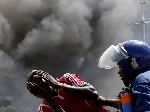 Manifestante grita ao ser detido em frente a uma barricada em Bujumbura, no Burundi, na quarta (13) (Foto: Reuters/Goran Tomasevic )