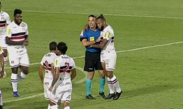 Volante Paulinho, do Santa Cruz, abraça árbitro Igor Junio Benevenuto — Foto: Reprodução/Twitter