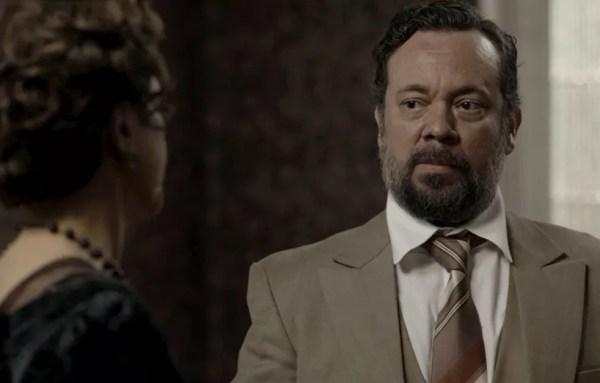 Delegado Kléber informa Lady Maragareth que as provas sumiram (Foto: TV Globo)