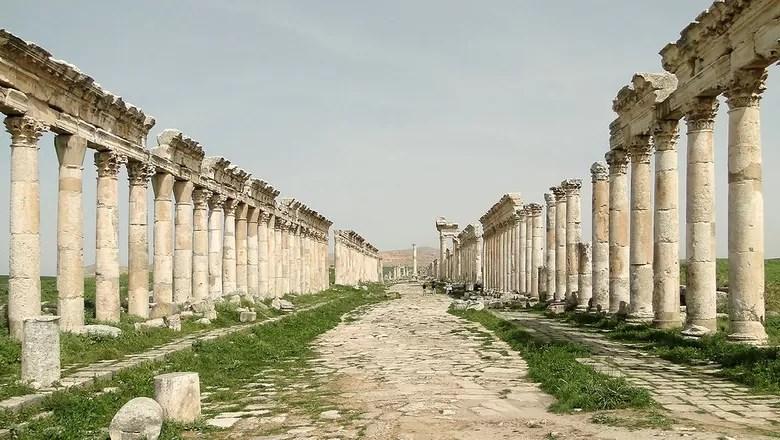 A Grande Colunata de Apameia foi destruída pelos extremistas do Estado Islâmico (Foto: Creative Commons/Bernard Gagnon)