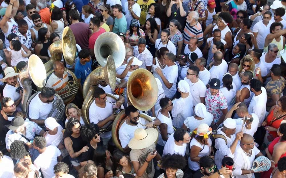 Músicos desfilam em meio à multidão que acompanha as Águas de Oxalá em Olinda — Foto: Marlon Costa/Pernambuco Press