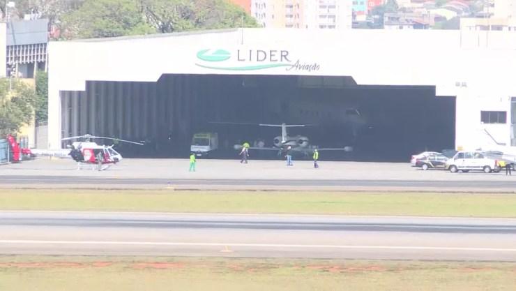 Hangar onde avião com o candidato Jair Bolsonaro estacionou em São Paulo (Foto: Reprodução/TV Globo)