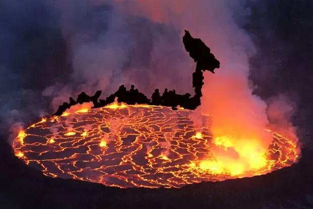 A missão coletou amostras da lava do vulcão para entender as atividades geológicas do planeta (Foto: Carsten Peter/Nat Geo Stock/Caters)