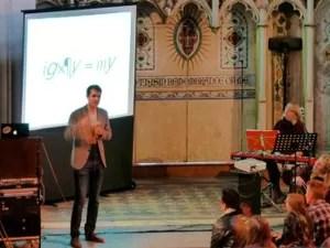 Culto alternativo de 'igreja ateísta' tem rock e comédia em Londres (Foto: BBC)