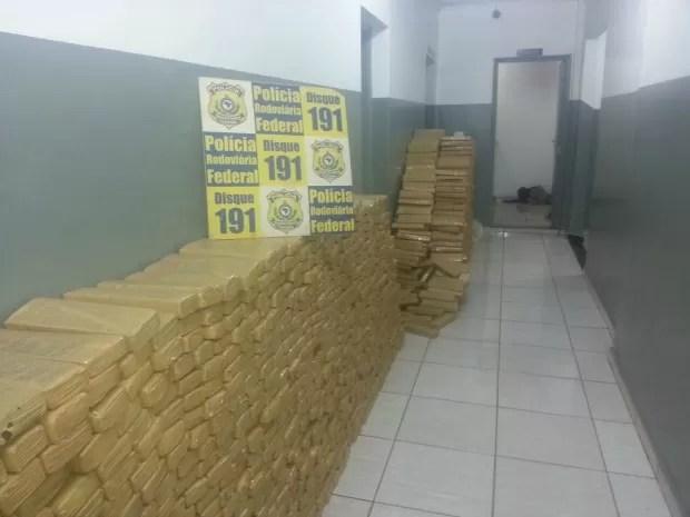 1,6 toneladas de maconha, celulares, pistola e munições foram apreendidos. (Foto: Polícia Rodoviária Federal/ Divulgação)
