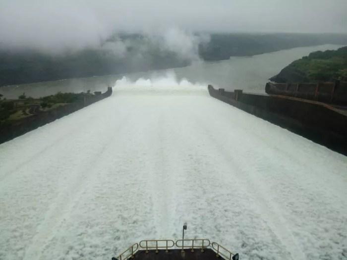 Vertimento na Usina de Itaipu passou de 1,3 milhão de litros de água por segundo na manhã deste sábado (1º) — Foto: Gabriel Campos Neto/Usina de Itaipu