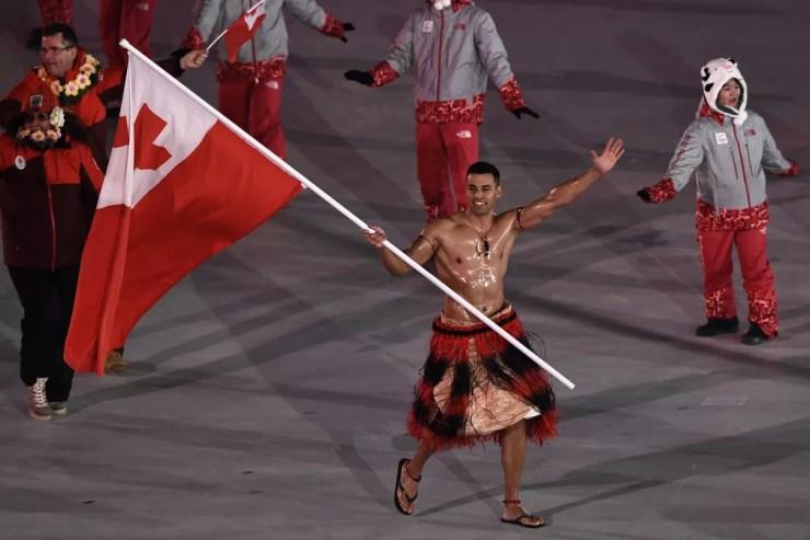 Pita Taufatofua na cerimônia de abertura dos Jogos de Inverno de PyeongChang, em 2018  — Foto: ARIS MESSINIS / AFP
