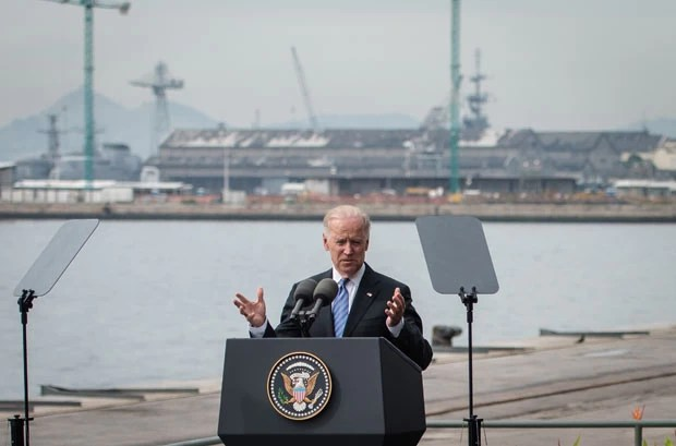 O vice-presidente dos EUA, Joe Biden, discursa ao ar livre nesta quarta-feira (29) na zona portuária do Rio (Foto: AFP)