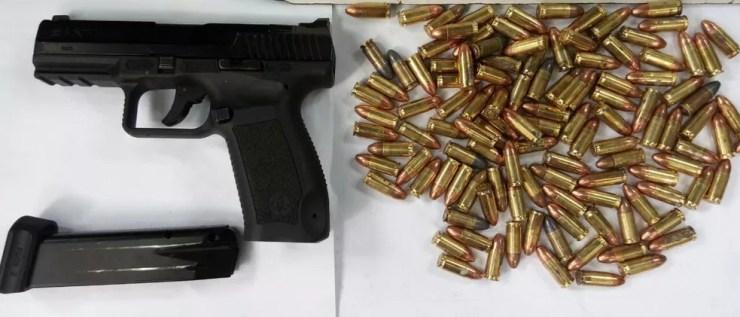 Arma e munições apreendidas durante operação — Foto: Divulgação/Gaeco