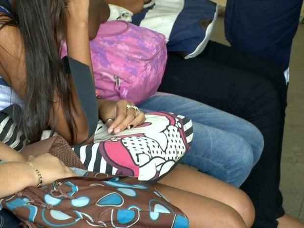 Meninas foram atendidas após passarem mal, em Cariacica (Foto: Reprodução/TV Gazeta)