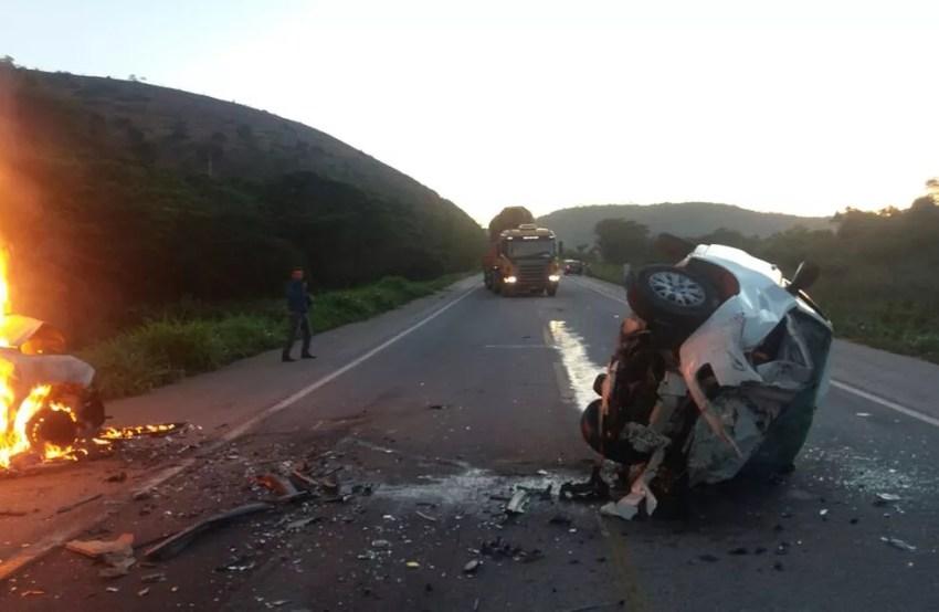 Dois carros bateram de frente na BR-116 (Foto: Linardo Magalhães/ Arquivo pessoal)
